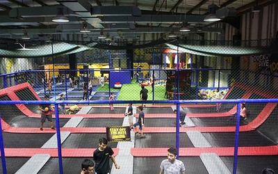 Amped Trampoline Entrance Ticket + Sweat Program + Free Drinks for 1 Person (Tuesday - Friday)